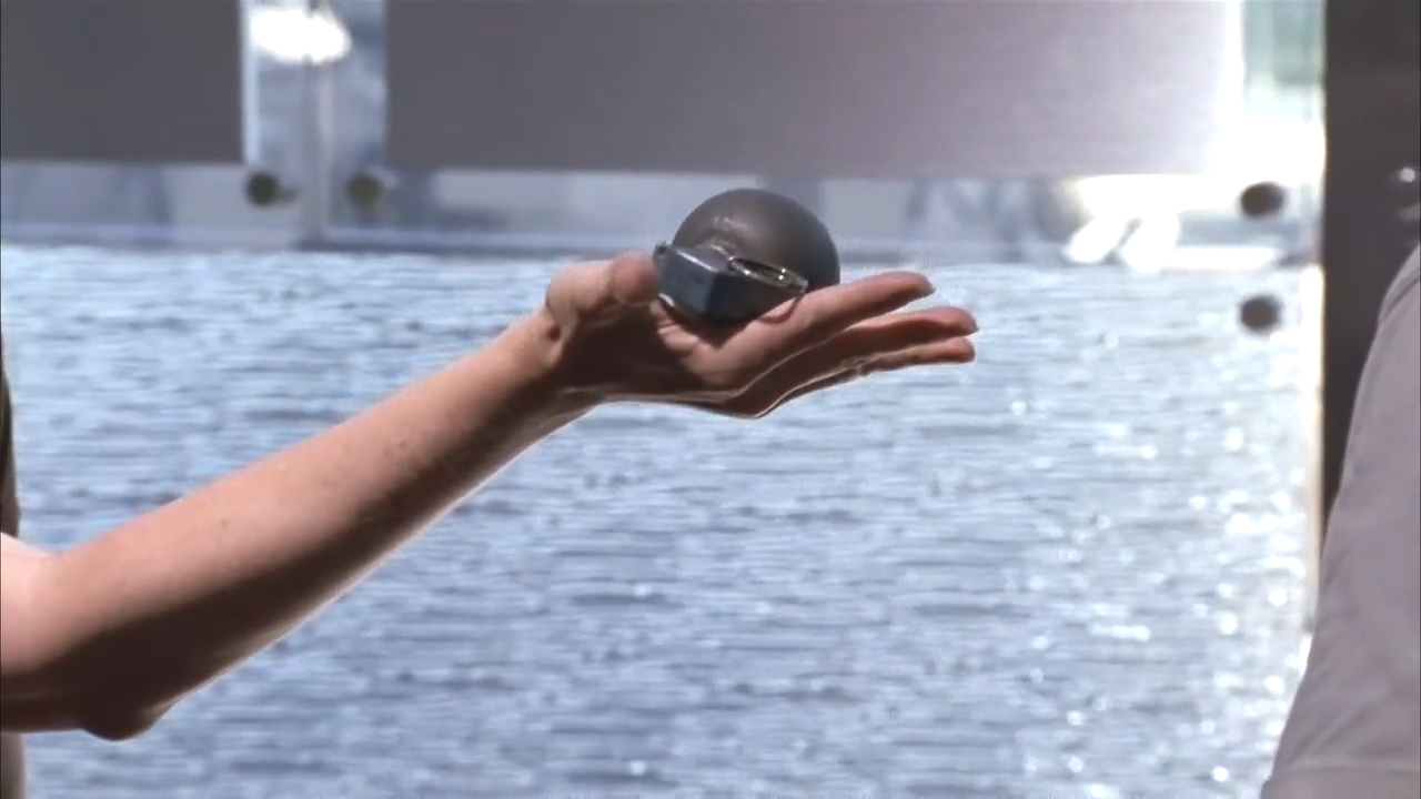 The Walking Dead S01 E06 - Carol with grenade